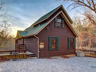 Cozy, dog-friendly cabin w/ private hot tub – great romantic getaway!