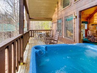 Cozy dog-friendly cabin w/private hot tub, games, and jetted soaking tub