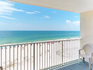 Seaside condo with easy beach access and shared pool near restaurants and Gulf