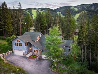 Spacious ski-in/ski-out cabin w/ private hot tub, modern comfort, & rustic charm