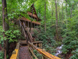 Spacious creekside oasis w/ private hot tub, pool table, fireplace!