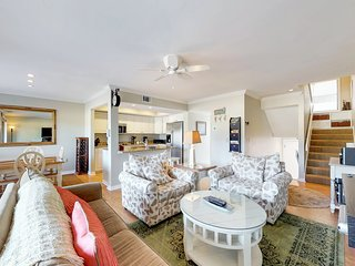 Spacious townhouse on a golf course with shared pool and nearby beach.