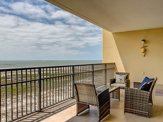 Gulf front condo w/ amazing beach views, shared pools, & a hot tub