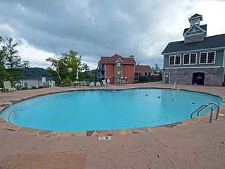 NEW LISTING! High-end condo in lakefront building w/ shared pool, hot tub, dock