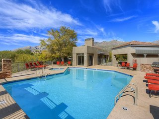 Dog-friendly, newly remodeled executive condo: pools, hot tub, and golf onsite!