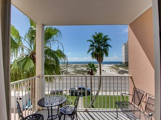 Gulf view condo w/balcony & shared pool/hot tub-beach across street