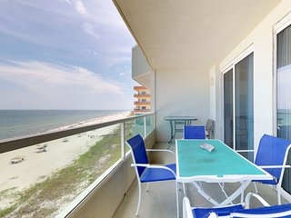 NEW LISTING! Top-floor condo w/ shared pool & fantastic views-right on the beach