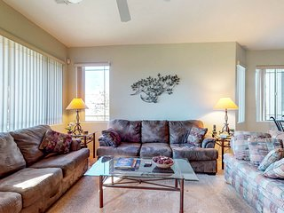 Second-floor casita with a shared pool & hot tub - prime location!