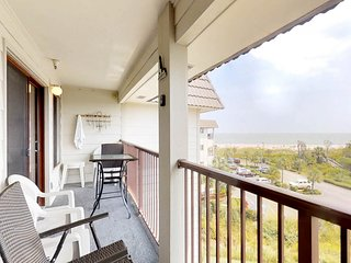 Waterfront condo w/ shared pool, hot tub, tennis, & ocean views from the balcony