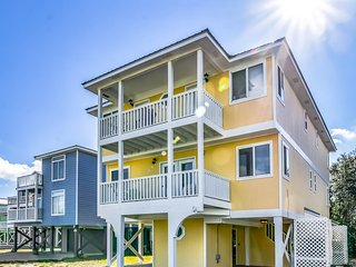 NEW LISTING! Gulf view duplex w/multi-level balcony & shared pools/hot tub