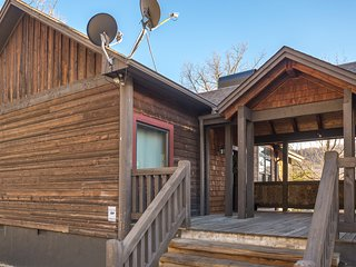 Mountain view cabin w/ hot tub, deck & pool table - minutes to national park!