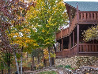 Deluxe cabin w/ hot tub, game room, 3 fireplaces, 2 decks, mountains of charm!