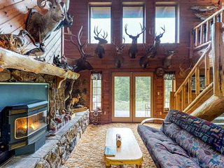 Dog-friendly lodge w/ hot tub, deck, & 11 wooded acres - drive to Flathead Lake!