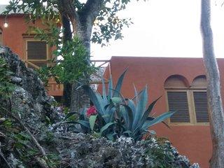 Maison avec 2 bungalows separes construits sur la roche