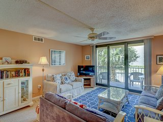 Bright condo w/ full kitchen, shared pools, hot tub, beach access & more!