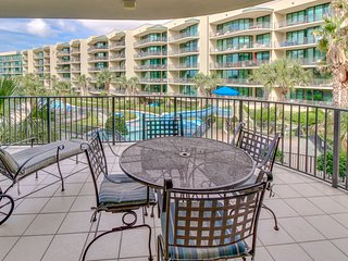 Upscale condo w/ easy beach access, shared pool & hot tub, & on-site water park