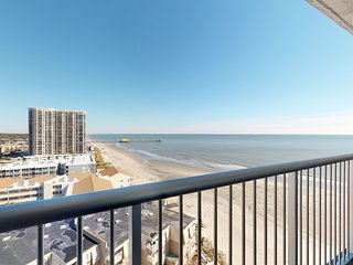 Oceanfront condo w/amazing views, shared pools & hot tubs - snowbird friendly!