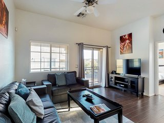Modern updated condo w/shared pool, grill & hot tub, near ASU, 1 dog OK