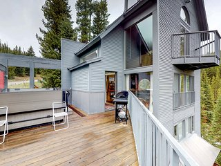 Modern ski-in/out cabin w/hot tub, sauna & forest views - dogs OK!