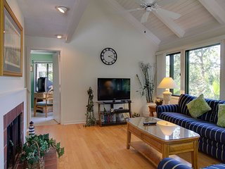 Quiet getaway with shared pool and beach access, dog-friendly attitude!
