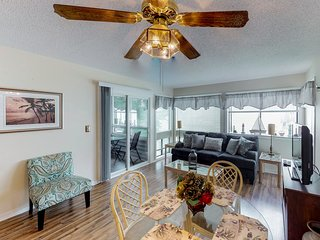 Snowbird friendly condo w/ shared pools, hot tub, sauna, tennis - walk to beach!