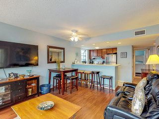 Beachside condo w/shared pool, hot tub, & sauna - snowbird friendly!