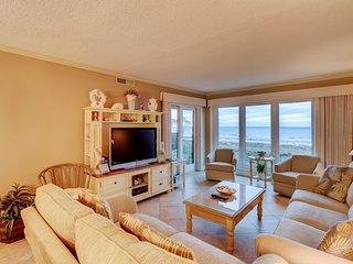 Waterfront condo boasting a shared pool, hot tub, ocean view - near the beach!