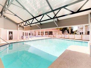 Snowbird-friendly condo w/ 2 shared pools, hot tub, tennis - walk to beach!