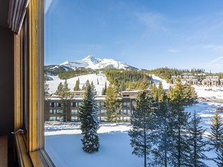 NEW LISTING! Ski-in/out condo w/shared hot tub, pool & gym-fantastic mtn views