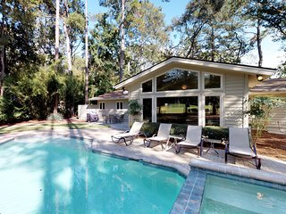 Dog-friendly house w/ swimming pool & spa with waterfall, golf course views