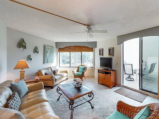 Resort condo with shared pools, & hot tub, easy access to the Atlantic Ocean.