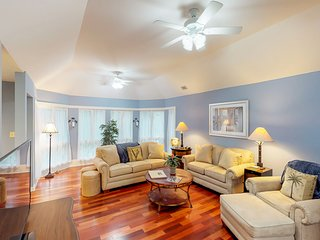 Renovated villa w/ lovely sunroom & golf/tennis- walk to the beach!
