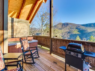 Cozy cabin w/ private hot tub & covered deck - great romantic getaway!
