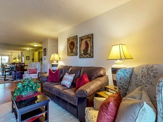 NEW LISTING! Bright condo w/shared pool, hot tub, gym, easy access to valley