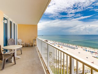 Beachfront condo w/ amazing views, balcony, shared pool & sauna