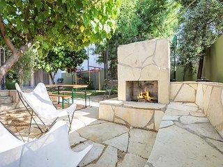 Modern Gem w/ Private Guest Suite, Courtyard & Fire Pit -- Walk to Beach!