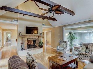 Spacious Sea Pines home w/ private swimming pool, spa, deck & pool table!