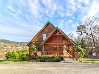 Picturesque family-friendly cabin w/ private hot tub & community pool access
