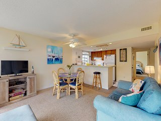 Snowbird friendly condo 1 block from beach w/ shared pools, hot tub, & tennis