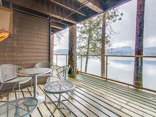 Lakefront condo w/ great views & shared pool/hot tub/sauna, near skiing