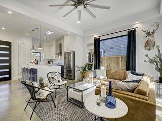 Stayloom's Stylish Modern Comfort   near Downtown