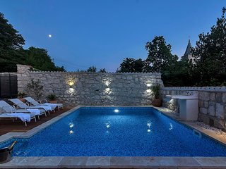 Beautiful Dalmatian house with pool and sea view