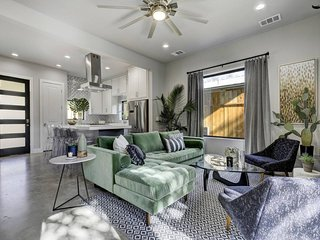 Stayloom's Spacious Sunlit Home   near Downtown