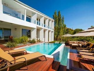 7k SqFt MtnTop Mansion! 5 Mins to Dwntwn, 35 Mins to Resorts!Pool,Gym,Suana,View