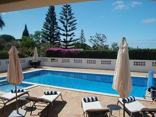 Stylish luxury 3 bedroom villa, heatable pool, 15 mins walk into Carvoeiro