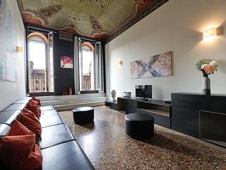 Casanova - Elegant, spacious, central 3bdr Palazzo Banchi