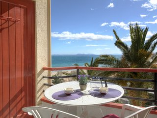 Cozy apartment a short walk away (79 m) from the 'Platja del Salatar' in Roses w