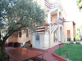 Cozy apartment very close to the centre of Novigrad with Parking, Internet, Wash