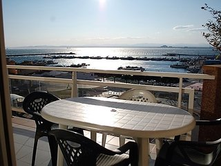 Cozy apartment a short walk away (359 m) from the 'Platja La Punta' in Roses wit