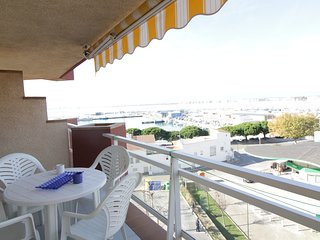 Cozy apartment a short walk away (333 m) from the 'Platja La Punta' in Roses wit